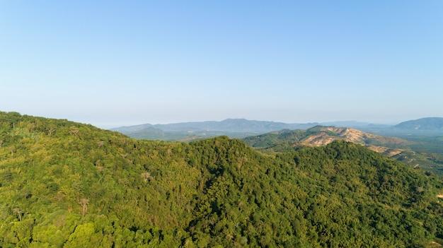 산 봉우리와 아름 다운 산 풍경의 공중보기는 아침에 숲과 푸른 하늘에 덮여.
