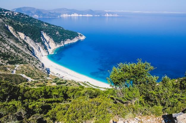 ギリシャ、ケファロニア島の美しいミルトス湾とビーチの空撮