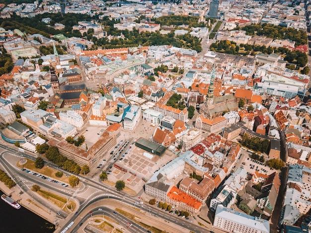 Вид с воздуха на красивый город рига в латвии с прекрасным видом