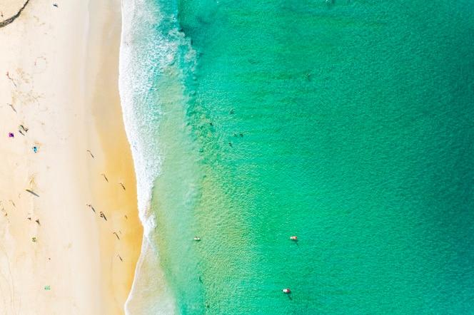 Аэрофотоснимок красивый песчаный пляж с туристами, купание в красивом андаманском море