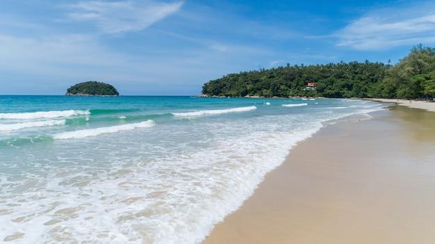 아름 다운 바다 여름 또는 해변과 열대 바다 배경, 여름 시즌 화창한 날, 자연과 여행 배경 개념에 모래 사장에 부서지는 부드러운 청록색 바다 물결의 공중보기.