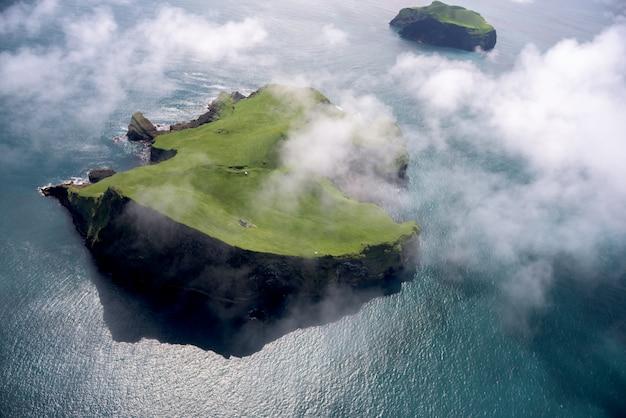 アイスランドの美しい小さな島の空撮