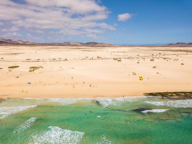 美しい熱帯のビーチと青い海の風景の空撮