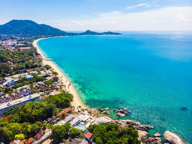 Вид с воздуха на красивый тропический пляж и море с пальмой и другим деревом на острове кох самуи