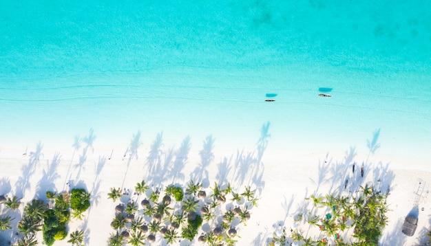 Вид с воздуха на красивый тропический остров занзибар