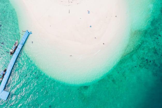 美しいターコイズブルーの海と白いビーチの空撮