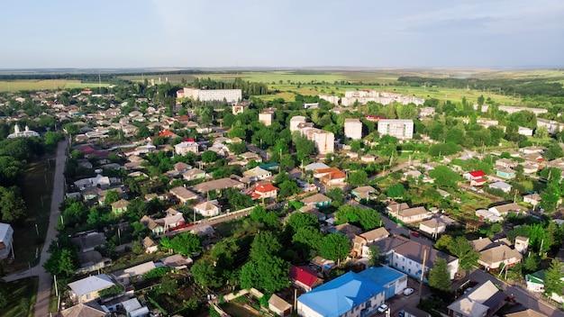 自然に囲まれた美しい村の空撮
