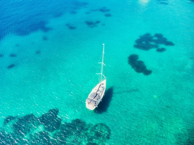 Вид с воздуха на красивые яхты и лодки на море на закате летом в турции вид сверху