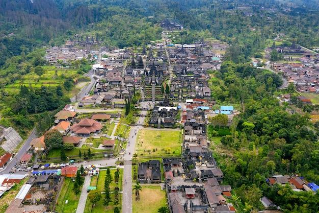 Вид с воздуха на храм бесаких на бали, индонезия