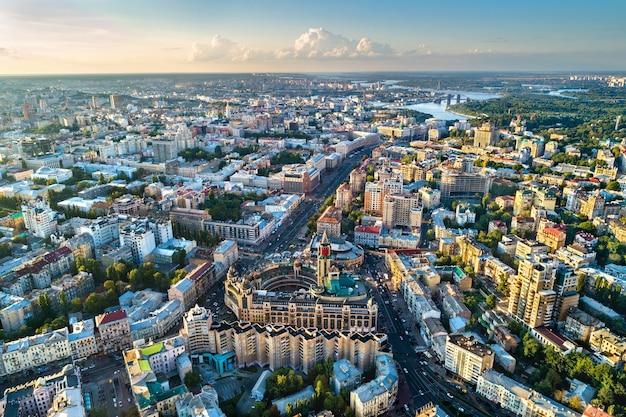 Вид с воздуха на бессарабку и крещатик, главную улицу киева. украина