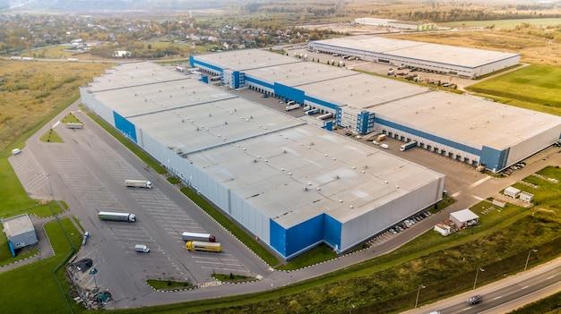 トラック付きの大きな倉庫と貨物ターミナルの航空写真。倉庫の空中写真。