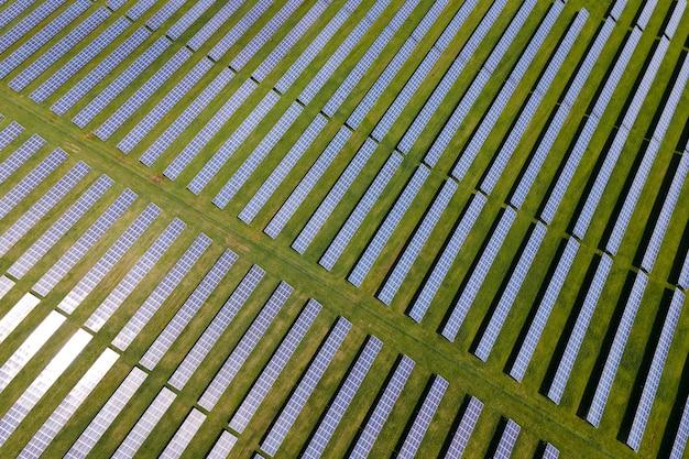 여러 줄의 태양 전지 패널이 있는 대형 지속 가능한 발전소의 공중 전망.