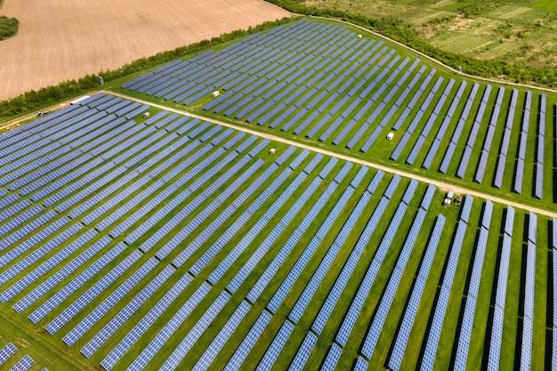 깨끗한 생태 전기 에너지를 생산하기 위해 여러 줄의 태양광 패널이 있는 지속 가능한 대형 발전소의 공중 전망. 제로 배출 개념의 재생 가능한 전기.