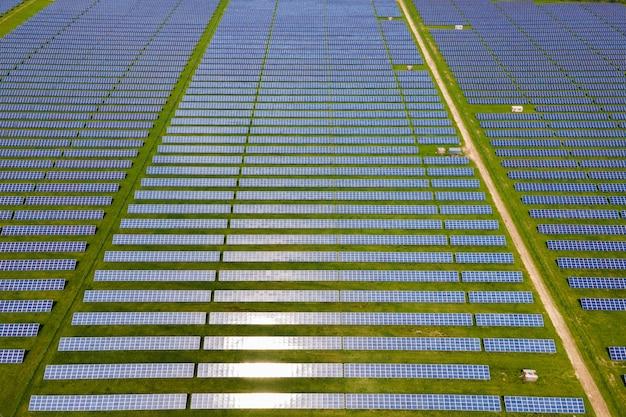 여러 줄의 태양광 패널이 있는 대형 지속 가능한 발전소의 공중 전망