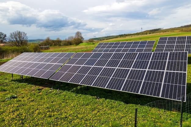 깨끗한 생태 전기를 생산하기 위해 뒤뜰 바닥에 장착된 파란색 태양광 패널의 공중 전망. 재생 에너지 개념의 생산입니다.
