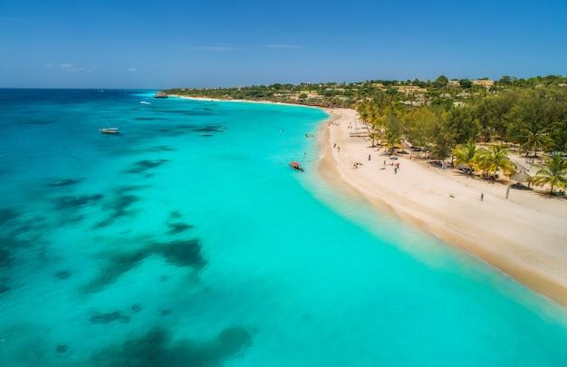 Вид с воздуха на лодках на тропическом побережье с песчаным пляжем