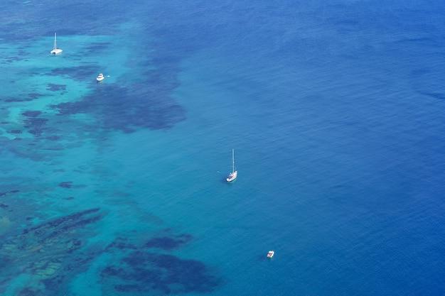 투명한 바다와 함께 바다에 서 있는 보트의 공중 전망. 칼페 알리칸테.