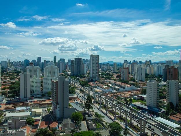 Вид с воздуха на район бруклина в сан-паулу.