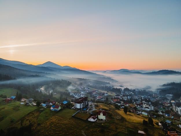 ウクライナのカルパティア山脈のコピースペースのブコベル村の航空写真