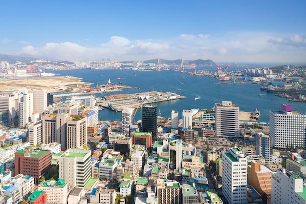Вид с воздуха городского пейзажа пусана городского в пусане, южной корее.