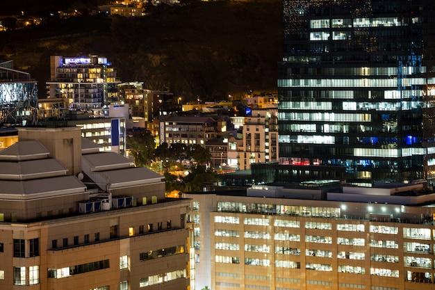 夜のビジネス地区の空撮