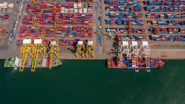 Вид с воздуха на бизнес-логистику импортных и экспортных грузовых перевозок контейнерным судном