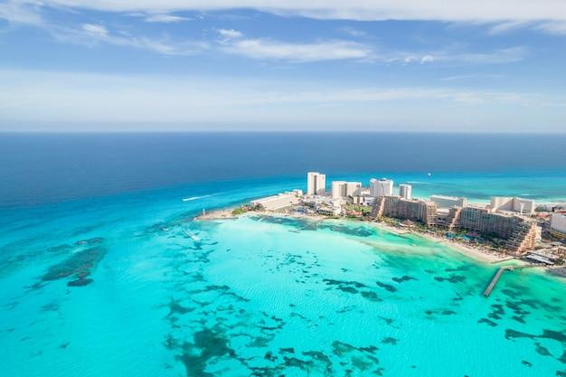 ユカタン半島のメキシコのカリブ海沿岸の風景のカンクンビーチの空撮