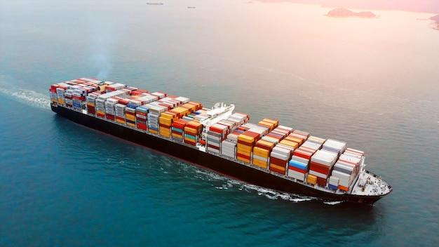海上での貨物コンテナ船の航空写真。