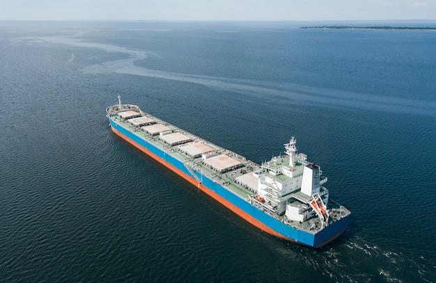 海に浮かぶ貨物船の航空写真