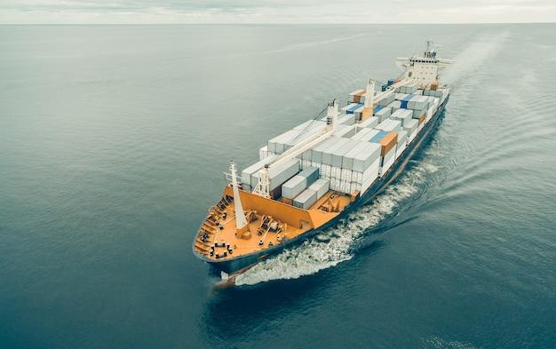 Вид с воздуха на грузовой корабль в открытом море