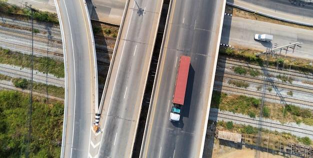 빨간색 컨테이너, 운송 개념., 가져 오기, 아스팔트 고속도로에서 물류 산업 운송 토지 운송과 고속도로 도로에서화물 트럭의 공중보기