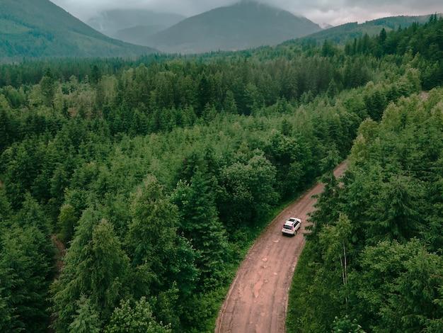 Вид с воздуха на карпатские горы в пасмурную погоду на внедорожнике на тропе