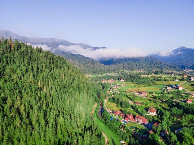 카 르 파 티아 산맥의 공중보기는 흰 구름 복사 공간 여름 시간 우크라이나 범위