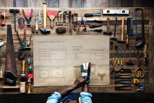 Аэрофотосъемка плотницкого ремесленника с планом эскиза мебели