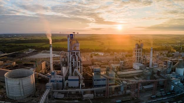 산업 생산 지역에 높은 콘크리트 공장 구조가 있는 시멘트 공장 타워의 공중 전망. 제조 및 글로벌 산업 개념입니다.