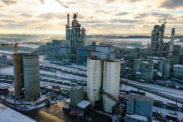 높은 공장 구조와 타워 크레인이 있는 시멘트 공장의 조감도