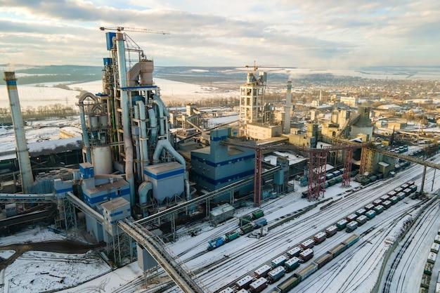 산업 생산 지역에서 높은 공장 구조를 가진 시멘트 공장의 공중 전망.