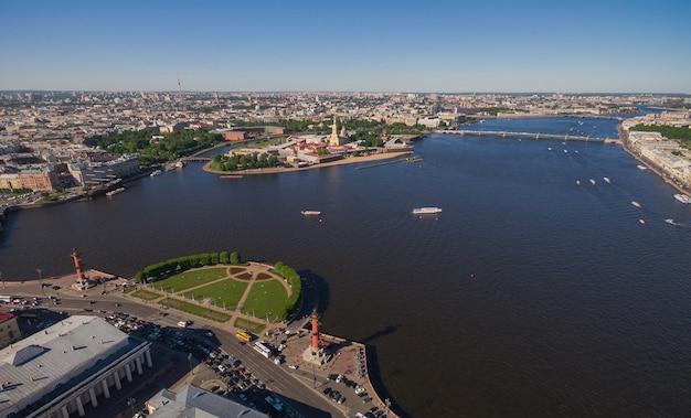 サンクトペテルブルクとネヴァ川の中心部の航空写真