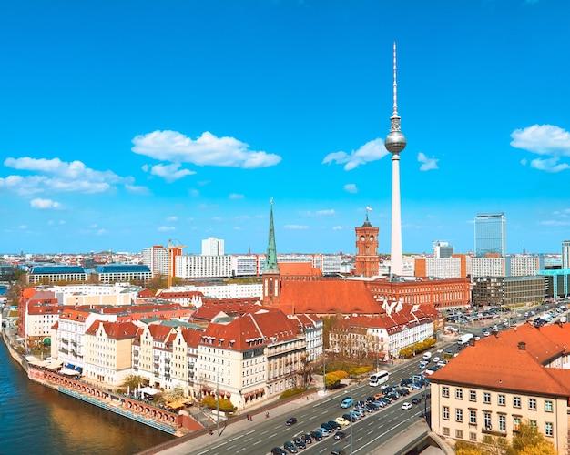 Вид с воздуха на центр берлина в яркий осенний день с голубым небом