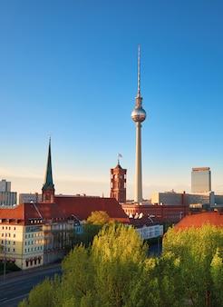 アレクサンダー広場のテレビ塔と春の明るい日にベルリン中心部の空撮