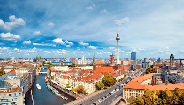 알렉산더 광장에서 슈 프레 강과 텔레비전 탑을 포함하여 밝은 날에 중앙 베를린의 항공보기
