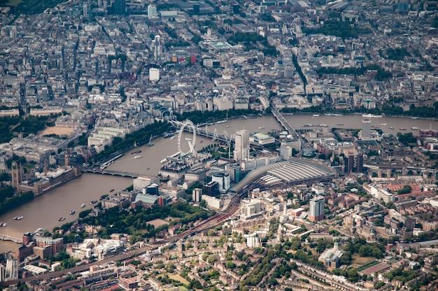 ウォータールー駅とその周辺のロンドン中心部の空撮