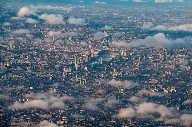 雲の切れ間からロンドン中心部の空撮