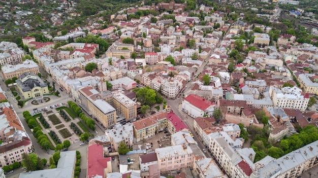 西ウクライナの上からチェルニウツィー市歴史地区の空撮。