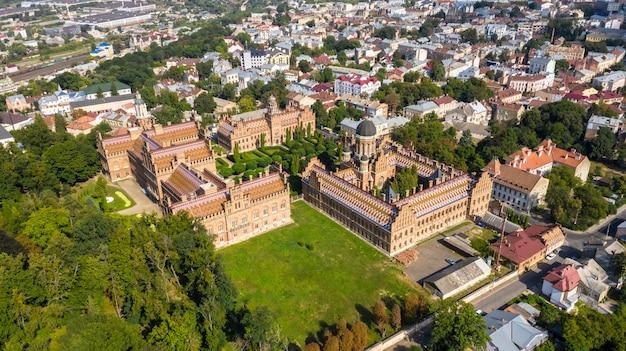 ウクライナのチェルノフツィ国立大学の空撮。