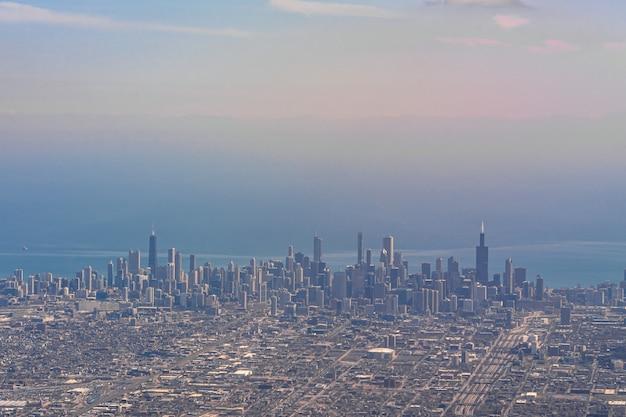 飛行機を通して見た午後の時間にシカゴの街並みの川側の空撮
