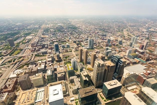 米国イリノイ州上空からの霧の日のシカゴのダウンタウンの空撮。
