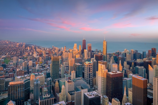 上空からの日没時のシカゴのダウンタウンの空撮。