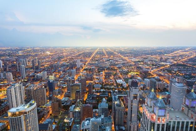 日没時のシカゴのダウンタウンの空撮