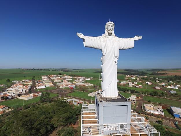 Вид с воздуха на христа-искупителя в городе сертаозиньо, сан-паулу, бразилия.